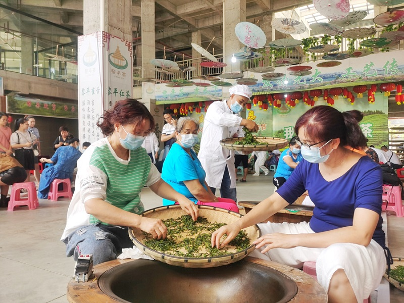 手工炒茶体验活动,吸引广大市民参加(石光照摄)