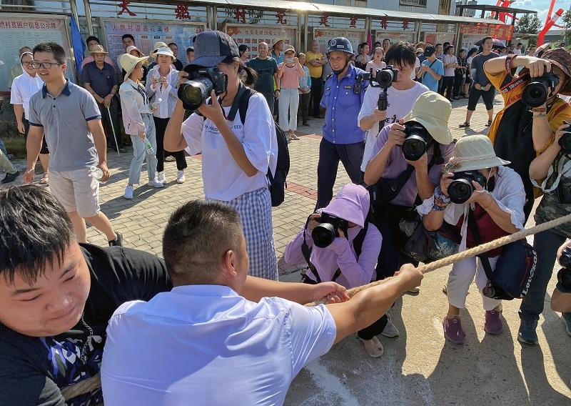 当地媒体与摄影家聚焦农民丰收节上的趣味运动会