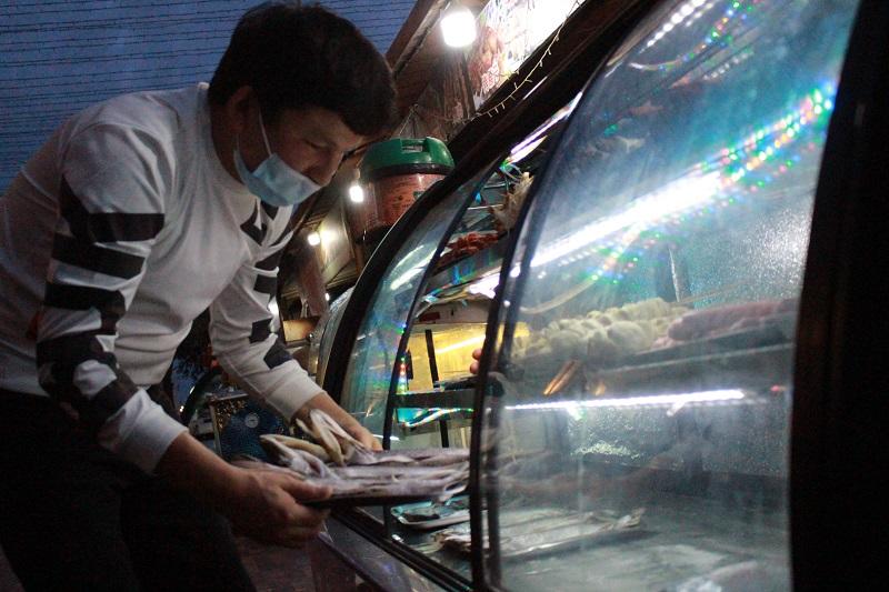 来自和田墨玉的夜市商户麦麦提托合提·麦合木提正在为顾客准备食材