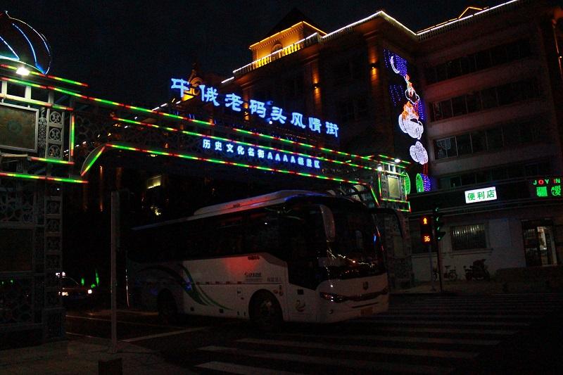 一辆旅游大巴驶过中俄老码头风情街
