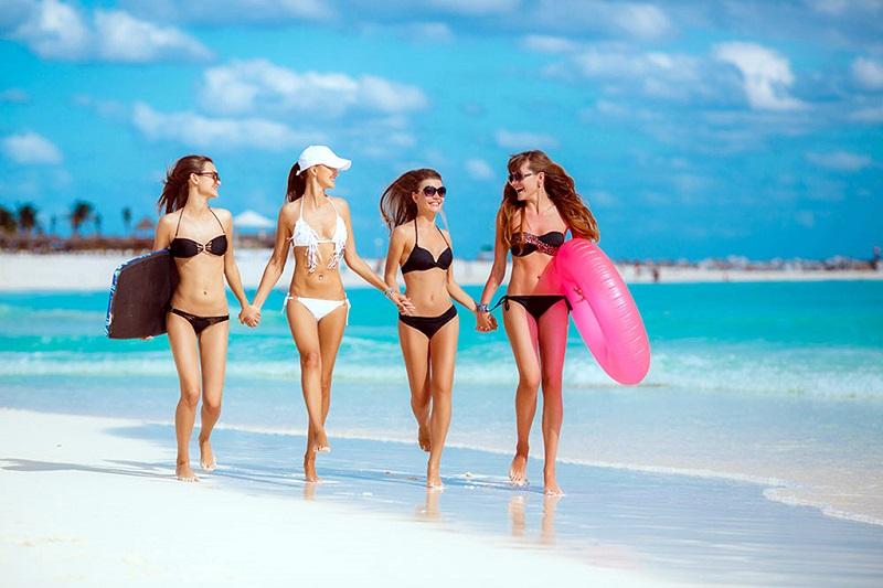 海滩上穿比基尼的美女们