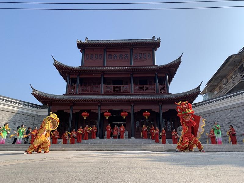 膘鼓队和狮子舞起来 杨先瑞摄