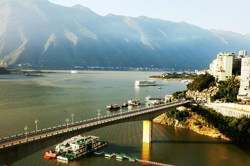 图1:10月1日,两艘客轮同时安畅驶入巫山港区码头。唐探峰