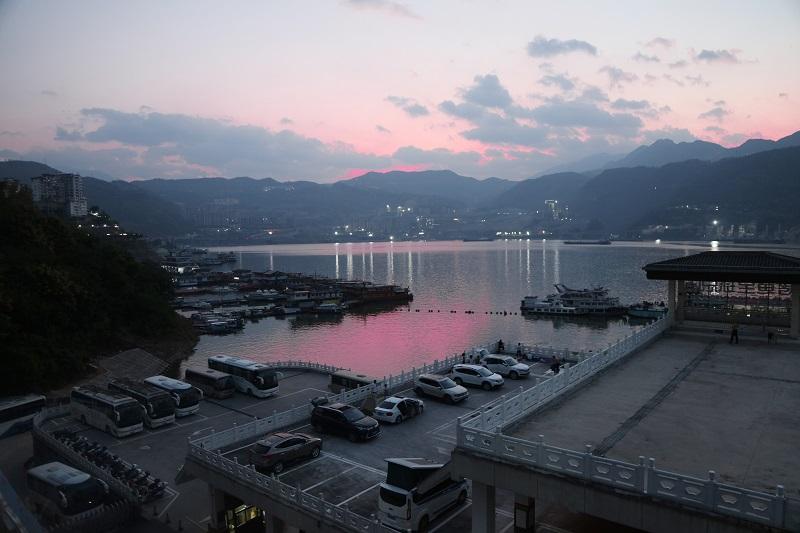 图2:巫山朝辉洒在高峡平湖港区旅游码头如壮图。2021年10月3日,摄于重庆市巫山港区码头。唐探峰