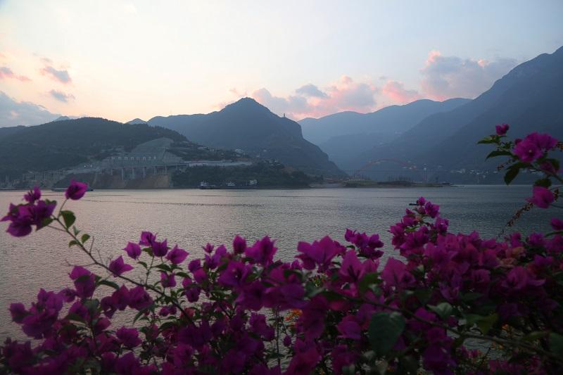 图4:朝霞照巫峡红叶映翠湖。2021年10月3日,摄于三峡腹心重庆巫山港区。唐探峰