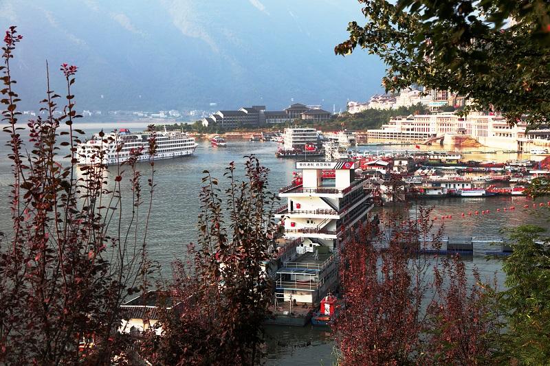 图5:三峡黄金水道游轮驶入美丽巫山港。2021年10月3日,摄于重庆巫山港区。唐探峰