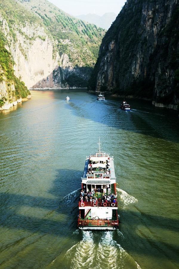 图7:畅游5A级小三峡小小三峡景区的画舫鱼贯而行。2021年10月3日,摄于重庆巫山龙门峡。唐探峰