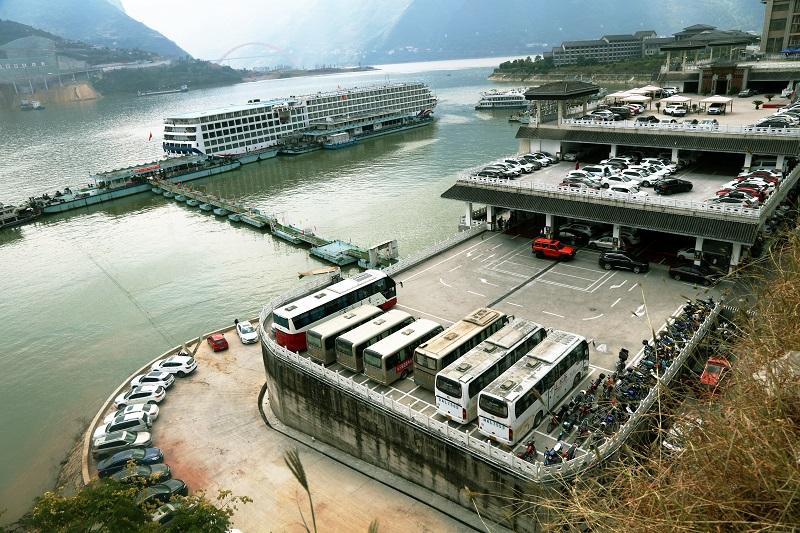 图1:国庆黄金周巫山旅游码头车船安畅有秩停放。摄于重庆巫山港区旅游码头。唐探峰
