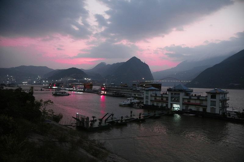 图5:国庆黄金周繁荣的巫山九码头迎来朝霞。摄于重庆巫山客运九码头。唐探峰