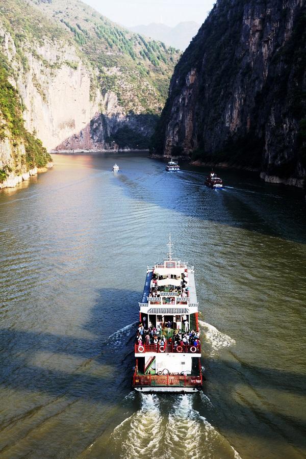 图6:国庆黄金周画舫鱼贯而行安畅游5A级小三峡小小三峡景区。摄于重庆巫山小三峡龙门峡。唐探峰