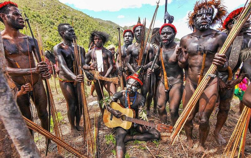 唱巴布亚传统歌曲的男人们