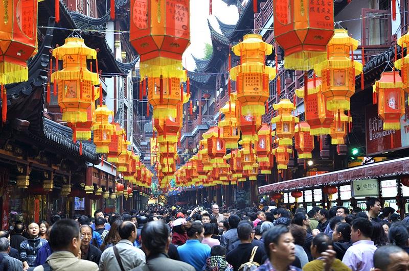 逛上海城隍庙商城的人流