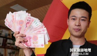 甘肃平凉一餐厅拿2万元让顾客参与抓钱游戏 有顾客一把抓出2千多
